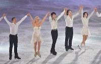 アイスショーで演技し、客席の声援に応える羽生結弦選手(左から3人目)=東京都調布市の武蔵野の森総合スポーツプラザで2018年4月13日午後8時46分、西本勝撮影