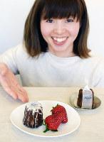 古都華を使った4月の月替わりメニュー(手前、イチゴは飾り)とプレーンのカヌレ=奈良県生駒市南田原町で、塩路佳子撮影