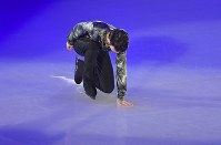 Yuzuru Hanyu puts his hand on the rink during the start of an ice show at the Musashino Forest Sport Plaza in the Tokyo suburban city of Chofu, on April 13, 2018. (Mainichi)