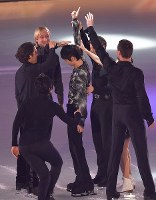 Yuzuru Hanyu, center, is surrounded by other performers during the start of an ice show at the Musashino Forest Sport Plaza in the Tokyo suburban city of Chofu, on April 13, 2018. (Mainichi)