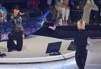Yuzuru Hanyu, left, poses near to fellow figure skater Evgeni Plushenko during an ice show at the Musashino Forest Sport Plaza in the Tokyo suburban city of Chofu, on April 13, 2018. (Mainichi)