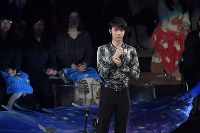Yuzuru Hanyu talks to the crowd during an ice show at the Musashino Forest Sport Plaza in the Tokyo suburban city of Chofu, on April 13, 2018. (Mainichi)