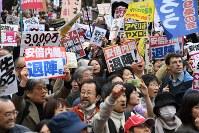 安倍政権の退陣を求めて国会前に集まった人たち=東京都千代田区で2018年4月14日午後3時52分、丸山博撮影