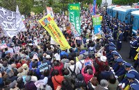 安倍政権の退陣を求めて国会前に集まった人たち=東京都千代田区で2018年4月14日午後4時10分、丸山博撮影