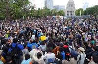 安倍政権の退陣を求めて国会前に集まった人たち=東京都千代田区で2018年4月14日午後5時23分、丸山博撮影