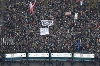 安倍政権の退陣を求めて国会前に集まった大勢の人たち=東京都千代田区で2018年4月14日午後4時19分、本社ヘリから渡部直樹撮影