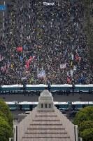 安倍政権の退陣を求めて国会前に集まった大勢の人たち=東京都千代田区で2018年4月14日午後4時8分、本社ヘリから渡部直樹撮影