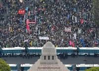 安倍政権の退陣を求めて国会前に集まった大勢の人たち=東京都千代田区で2018年4月14日午後4時11分、本社ヘリから渡部直樹撮影