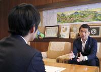 鈴木直道・夕張市長と面談する橋下徹・前大阪市長(右)=夕張市役所で13日撮影