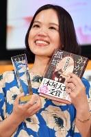 「かがみの孤城」で2018年本屋大賞を受賞し、笑顔を見せる辻村深月さん=東京都港区で2018年4月10日、渡部直樹撮影