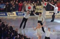 五輪連覇後初めてとなるアイスショーで演技し、客席に手を振る羽生結弦選手(手前から3人目)=東京都調布市の武蔵野の森総合スポーツプラザで2018年4月13日、西本勝撮影