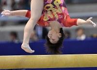 体操ワールドカップの女子個人総合で優勝した村上茉愛の平均台=東京体育館で2018年4月14日、宮間俊樹撮影