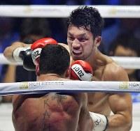 【WBAミドル級王座戦】八回、エマヌエーレ・ブランダムラを攻める村田諒太(奥)。村田は初防衛に成功した=横浜アリーナで2018年4月15日、渡部直樹撮影
