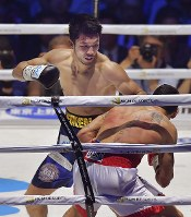 【WBAミドル級王座戦】三回、エマヌエーレ・ブランダムラ(手前)を攻める村田諒太=横浜アリーナで2018年4月15日、渡部直樹撮影