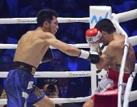 【WBAミドル級王座戦】二回、エマヌエーレ・ブランダムラを攻める村田諒太(左)=横浜アリーナで2018年4月15日、渡部直樹撮影