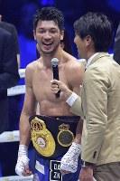 【WBAミドル級王座戦】タイトル防衛を果たし笑顔でインタビューに応じる村田諒太(中央)=横浜アリーナで2018年4月15日、渡部直樹撮影