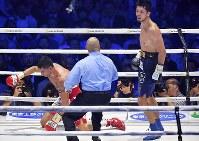 【WBAミドル級王座戦】八回、エマヌエーレ・ブランダムラからダウンを奪う村田諒太(右)=横浜アリーナで2018年4月15日、渡部直樹撮影