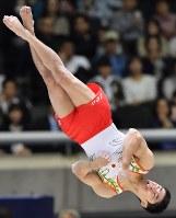 男子個人総合で優勝した白井健三の床運動の演技=東京体育館で2018年4月14日、宮間俊樹撮影