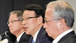 記者会見にのぞむふくおかフィナンシャルグループの柴戸隆成社長(中央)。右は、十八銀行の森拓二郎頭取=2017年7月25日、矢頭智剛撮影