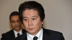 会見を終えて退席する竹内章・三菱マテリアル社長=2018年3月28日、根岸基弘撮影