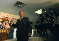 1967年(昭和42年)1月29日の衆院選で、予想を上回る得票で現状維持に成功し、笑顔を見せる佐藤栄作首相=東京都千代田区の自民党本部で1967年1月30日