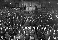 昭和41年12月27日に衆院が解散され、バンザイをする本会議場の議員たち