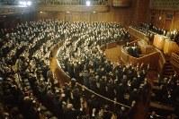 1966年(昭和41年)12月27日に衆院が解散され、バンザイを叫ぶ与野党議員=国会の衆議院本会議場で1966年12月27日