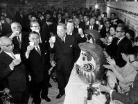 黒い霧解散で昭和42年1月29日に投票が行われた衆院選は自民党が順調に当選者をのばし、1月30日に党本部で祝杯をあげる佐藤栄作自民党総裁