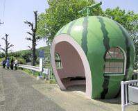 スイカのバス停=長崎県諫早市小長井町で4月12日、足立旬子撮影