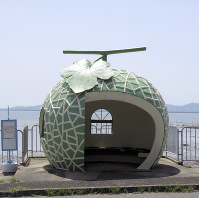 海沿いにあり人気が高いメロンのバス停=長崎県諫早市小長井町で4月12日、足立旬子撮影