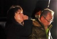 本震の発生時刻にあわせて大和晃さんが亡くなった現場近くを訪れ、涙ぐみながら晃さんの車を見付けた川を見つめる母・忍さん(左)と父・卓也さん=熊本県南阿蘇村で2018年4月16日午前1時24分、和田大典撮影