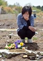 夫の友光さんが亡くなった高野台の別荘跡を訪れ、花束を手向けた前田和子さん「2年経ったが思い出せば、ただただ涙しかない」と話した=熊本県南阿蘇村で2018年4月16日午後1時32分、野田武撮影