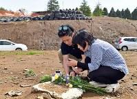 夫の友光さんが亡くなった高野台の別荘跡を、長男・友和さんと訪れて花束を手向けた前田和子さん(右)。「2年経ったが思い出せば、ただただ涙しかない」と話した=熊本県南阿蘇村で2018年4月16日午後1時29分、野田武撮影