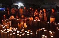 熊本地震から2年を迎え、本震の発生時刻に手を合わせる木山仮設団地の人たち=熊本県益城町で2018年4月16日午前1時25分、徳野仁子撮影