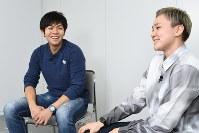五輪の魅力について笑顔で語り合う両角友佑(左)と吉田亜沙美=東京都千代田区で2018年3月30日、根岸基弘撮影
