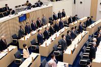 富山県議会基本条例の成立に賛成する県議ら=同議会事務局提供