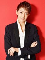 落語ミュージカル「ANOTHER WORLD」に主演する星組トップの紅ゆずる=兵庫県宝塚市で、木葉健二撮影
