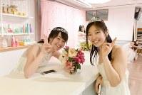 無料のウエディングドレス姿を撮り放題の写真スタジオ「and photo」でドレスを着て笑顔を見せる女性=東京都渋谷区で2018年3月18日、竹内紀臣撮影