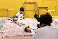 無料のウエディングドレス姿を撮り放題の写真スタジオ「and photo」で、プロカメラマンに撮影される子どもたち=東京都渋谷区で2018年3月18日、竹内紀臣撮影