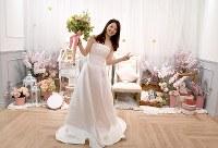 無料のウエディングドレス姿を撮り放題の写真スタジオ「and photo」で、ドレスを着てポーズを決める女性=東京都渋谷区で2018年3月18日、竹内紀臣撮影
