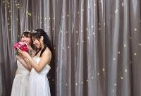 無料のウエディングドレス姿を撮り放題の写真スタジオ「and photo」で、ドレスを着て笑顔を見せる女性=東京都渋谷区で2018年3月18日、竹内紀臣撮影