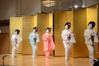さっぽろ芸妓育成振興会の懇親会で踊りを披露する芸妓=札幌市中央区で2018年4月12日午後5時47分、横山綾香撮影
