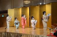さっぽろ芸妓育成振興会の懇親会で踊りを披露する芸妓=札幌市中央区で2018年4月12日午後5時48分、横山綾香撮影