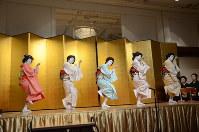 さっぽろ芸妓育成振興会の懇親会で踊りを披露する芸妓=札幌市中央区で2018年4月12日午後5時55分、横山綾香撮影