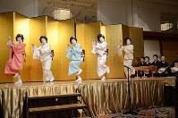 さっぽろ芸妓育成振興会の懇親会で踊りを披露する芸妓=札幌市中央区で