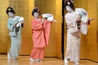 さっぽろ芸妓育成振興会の懇親会で踊りを披露する新人芸妓=札幌市中央区で2018年4月12日午後5時48分、横山綾香撮影