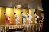 さっぽろ芸妓育成振興会の懇親会で踊りを披露する新人芸妓3名と先輩芸妓2名=札幌市中央区で2018年4月12日午後5時56分、横山綾香撮影
