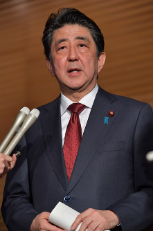Prime Minister Shinzo Abe speaks to reporters after a National Security Council meeting at the prime minister's office on April 14, 2018. (Mainichi)