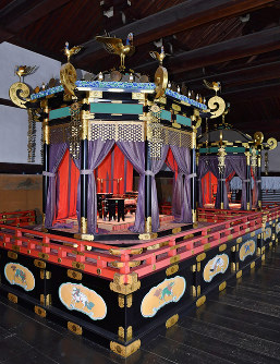 The Takamikura throne, left, was shown to the press at the Kyoto Imperial Palace on April 17, 2018. The throne will be used in Crown Prince Naruhito's accession ceremony on Oct. 22, 2019. The Michodai throne, which will be used in the ceremony by Crown Princess Masako when she becomes the new empress, was also unveiled. (Mainichi)
