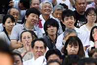 大相撲名古屋場所の観戦に訪れた藤井聡太四段(右)と師匠の杉本昌隆七段(左隣)=愛知県体育館で2017年7月12日、木葉健二撮影